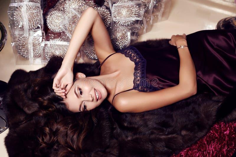 Piękna zmysłowa kobieta z długim ciemnym włosy jest ubranym elegancką suknię obraz stock