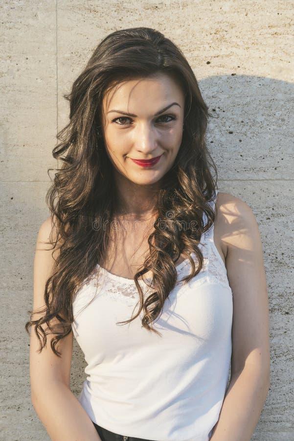 Piękna zmysłowa kobieta z elegancką fryzurą obrazy stock