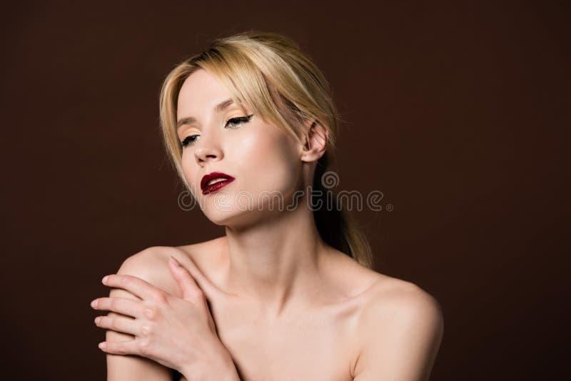 piękna zmysłowa naga blondynki dziewczyna patrzeje daleko od obraz royalty free