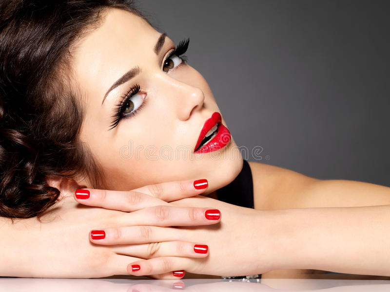 Piękna zmysłowości kobieta z czerwieni wargami i gwoździami obrazy stock
