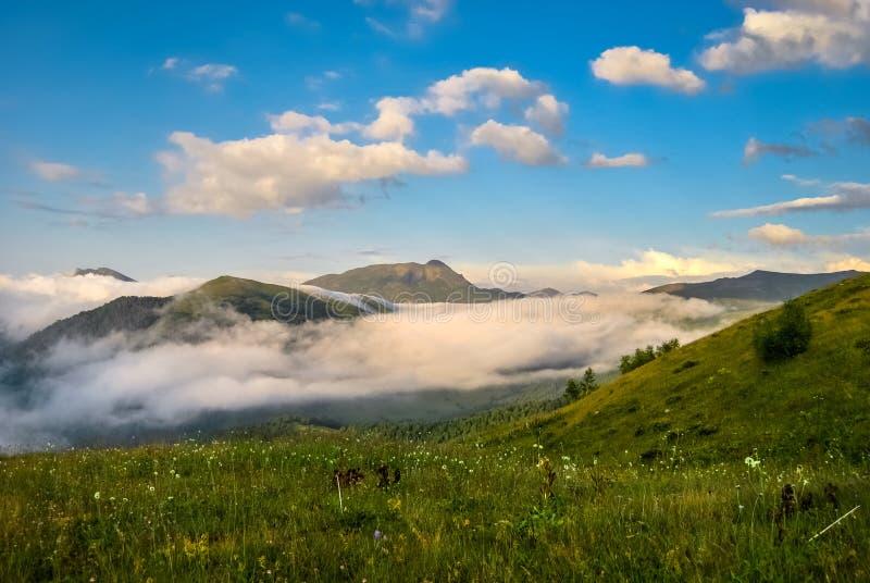 Piękne łąki w górach zakrywają chmurami fotografia stock