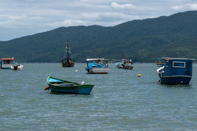 Piękne łodzie w spokojnych wodach obraz stock