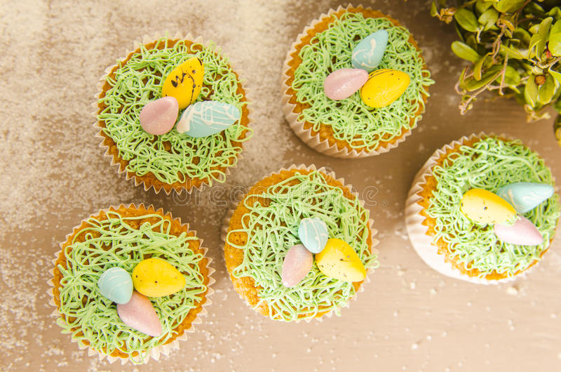 Piękne śliczne Wielkanocne babeczki z Wielkanocnymi dekoracjami obrazy stock