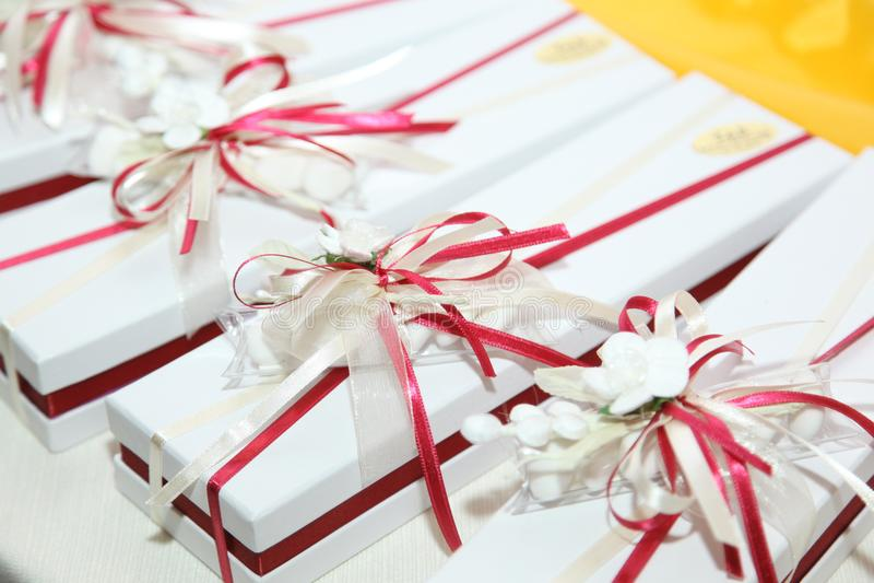Piękne ślub przysługi zawijać w ślicznych pudełkach obrazy stock