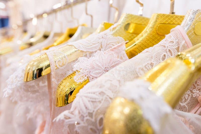 Piękne ślubne suknie na wieszaku obraz stock