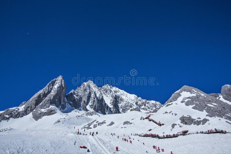 Piękne śnieżne góry obrazy stock