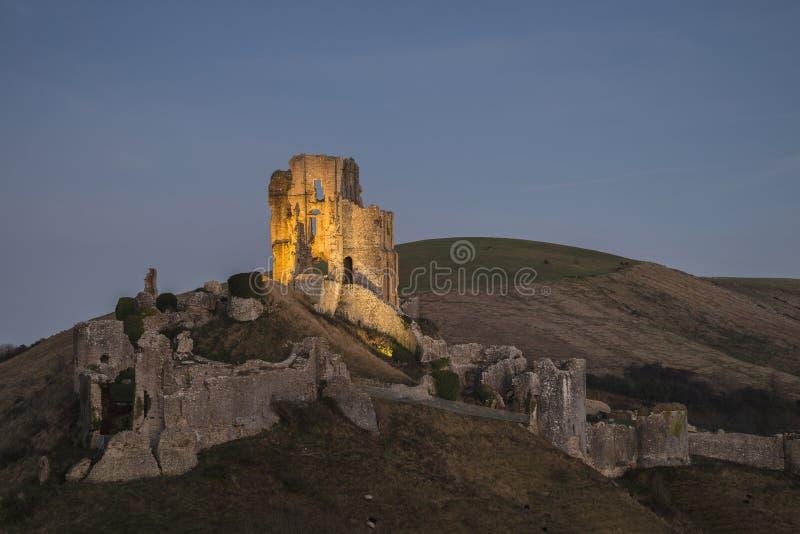 Piękne Średniowieczne kasztel ruiny w jesień krajobrazie przy półmrokiem fotografia stock