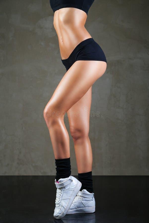 Piękne żeńskie nogi w sport odzieży obraz royalty free