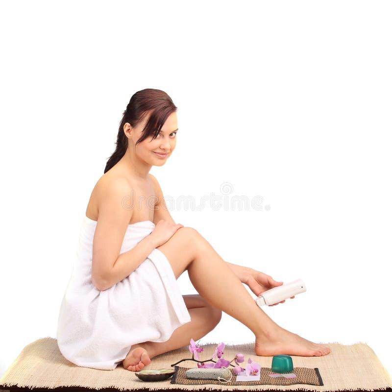 Piękne żeńskiego ciała nogi z kosmetycznym zbiornika pucharem, śmietanką i obrazy royalty free