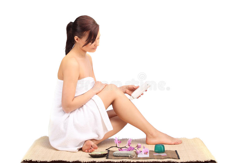 Piękne żeńskiego ciała nogi z kosmetycznym zbiornika pucharem, śmietanką i zdjęcie stock