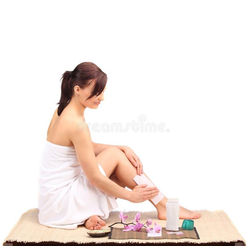 Piękne żeńskiego ciała nogi z kosmetycznym zbiornika pucharem, śmietanką i zdjęcia stock