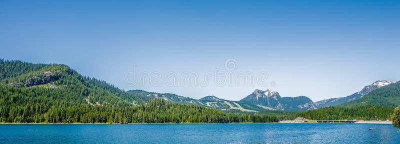 Piękne alaskie góry i jezioro krajobrazy na słonecznym dniu fotografia stock