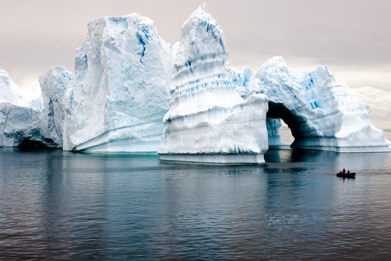 Piękne antarctic góra lodowa z zodiakiem w przodzie obraz stock