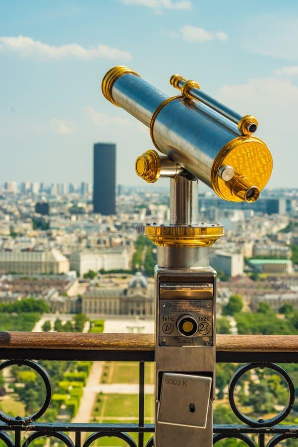 Piękne antykwarskie lornetki ogląda nad czempionami de mącą w kierunku wycieczki turysycznej Montparnasse zdjęcia royalty free