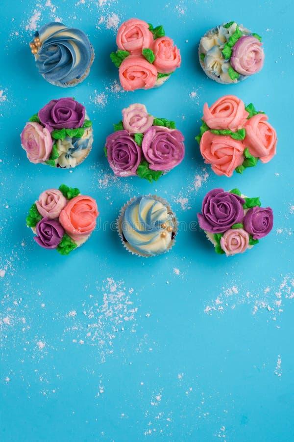 Piękne babeczki dekorowali z kwiatem od kolorowego cukierki zdjęcia royalty free