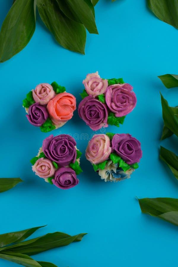 Piękne babeczki dekorowali z kwiatem od kolorowego cukierki ale zdjęcie stock