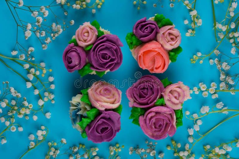 Piękne babeczki dekorowali z kwiatem od kolorowego cukierki ale obrazy royalty free