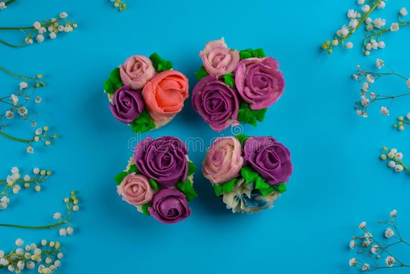 Piękne babeczki dekorowali z kwiatem od kolorowego cukierki ale obraz stock