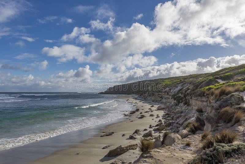 Piękne bele Wyrzucać na brzeg przeciw niebieskiemu niebu z chmurami na wietrznym dniu, kangur wyspa, Południowy Australia zdjęcie royalty free