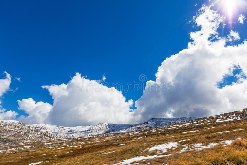 Piękne biel chmury, niebieskie niebo nad Śnieżnymi górami i, Nowymi W ten sposób obraz royalty free