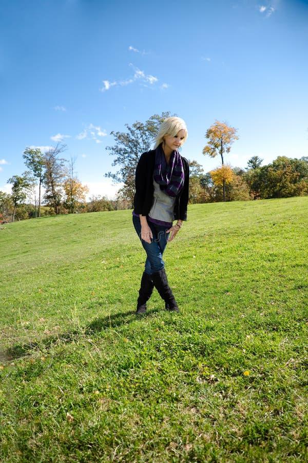 Piękne blondynka kraju dziewczyny nogi Krzyżowali Patrzeć W dół obraz stock