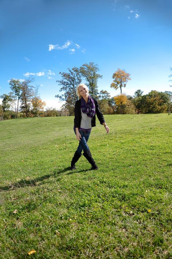 Piękne blondynka kraju dziewczyny nogi Krzyżowali Uśmiecha się fotografia stock