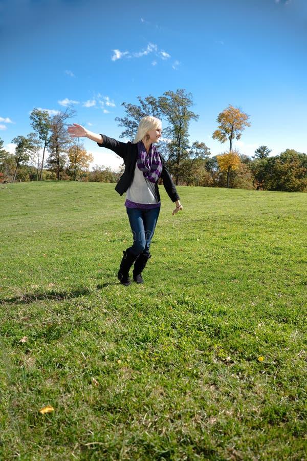 Piękne blondynka kraju dziewczyny ręki Za Laughin fotografia royalty free