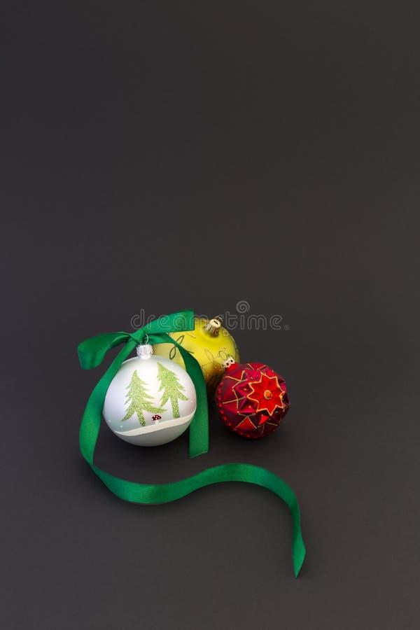 Piękne boże narodzenie piłki z zielonym faborkiem zdjęcie stock