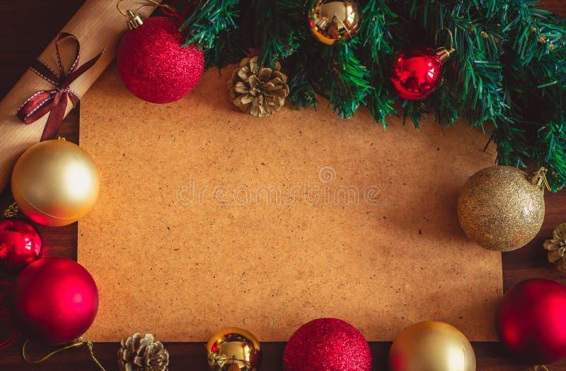 Piękne Bożenarodzeniowe dekoracje, kolorowe piłki, gałąź xmas drzewo, rożki i staczająca się kartka z pozdrowieniami, fotografia royalty free