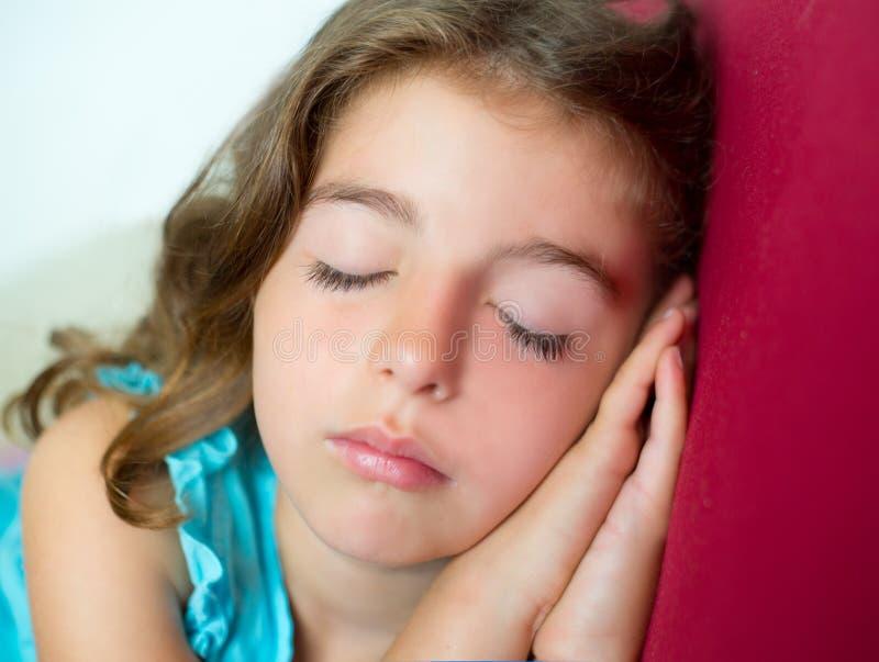 Piękne Brunete dzieciaka dziewczyny dosypiania ręki wpólnie fotografia royalty free