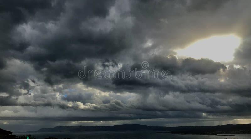 Piękne burz chmury nad Adriatyckim morzem i błyszczącym słońcem za zdjęcie royalty free