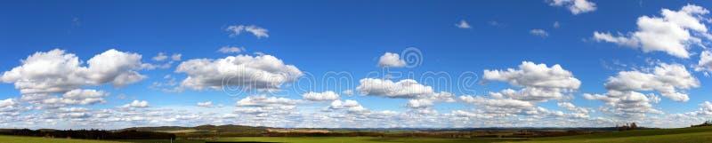 Piękne chmury na niebie, panoramiczny widok fotografia royalty free
