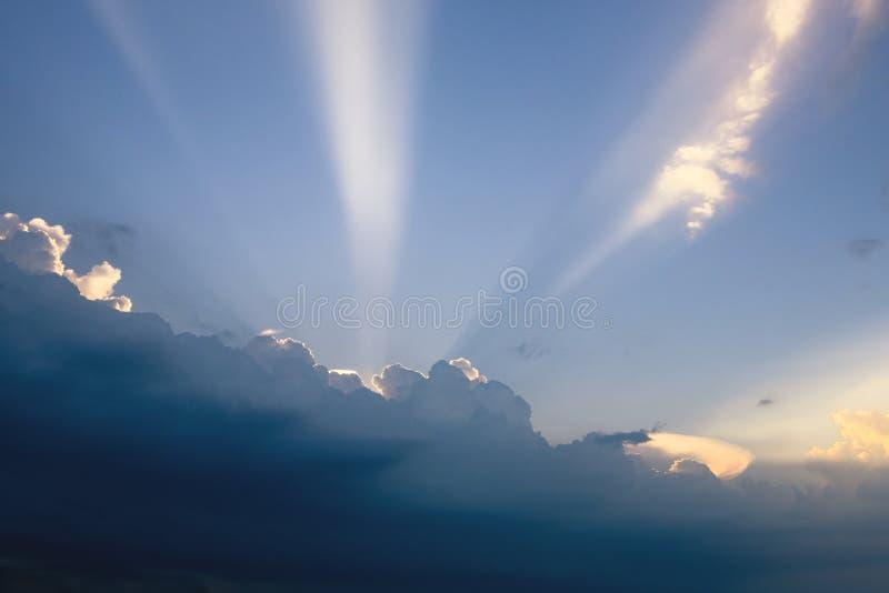 Piękne chmury z promieniem światła słonecznego łamanie przez ciemnego clou obrazy stock