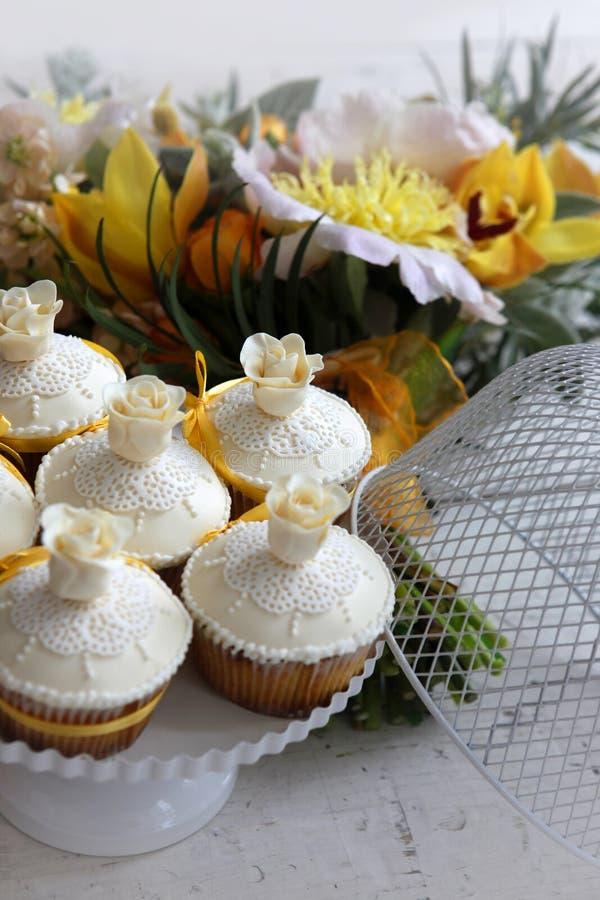 Piękne ciastka i bukiet ślubny w pomarańczowych tonach zdjęcie royalty free