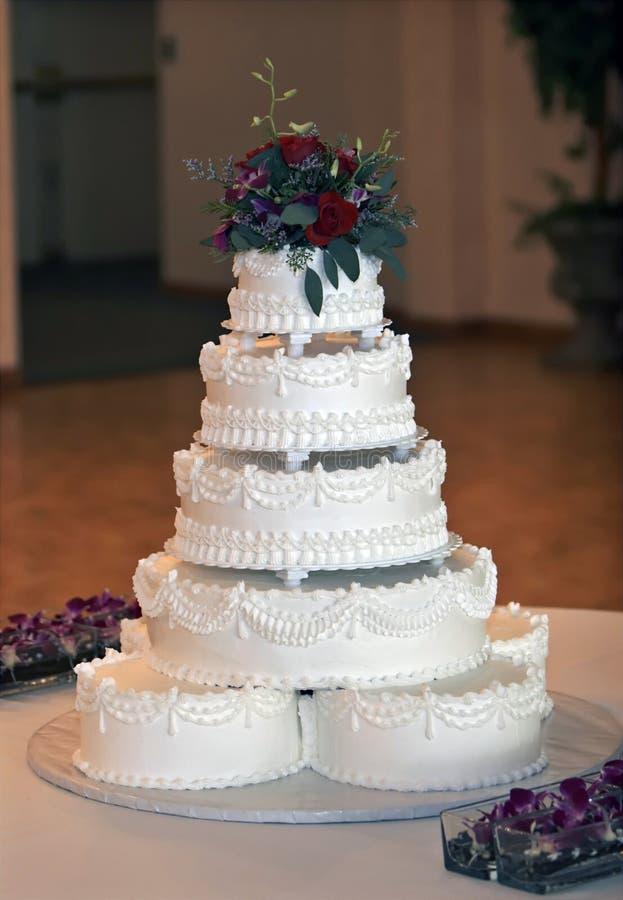 piękne ciasto wielo- wielopoziomowy ślub zdjęcia stock