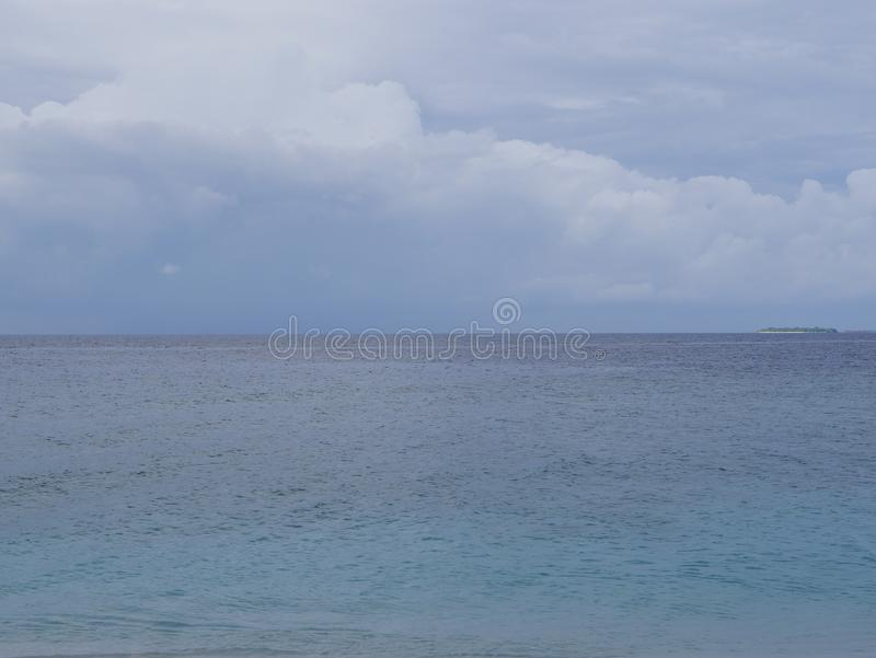 Piękne cumulus chmury nad oceanem w Maldive zdjęcia royalty free