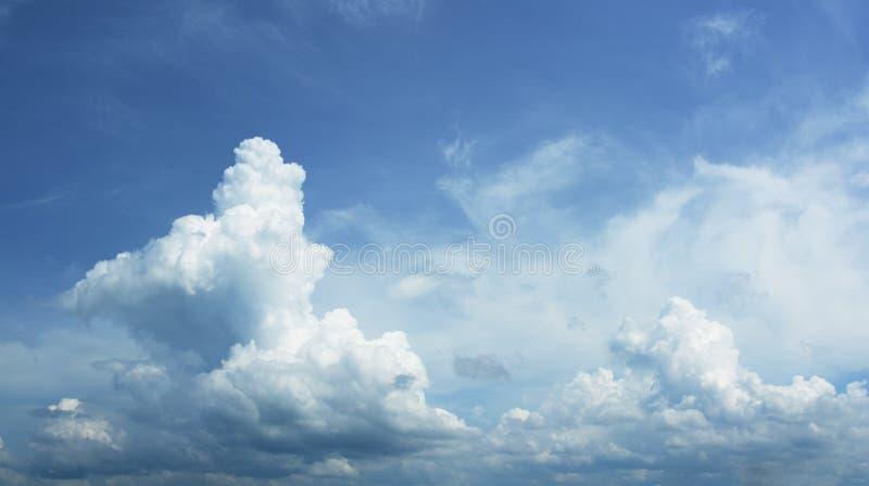 Piękne cumulus chmury. O dużej zdolności niebo panorama obrazy royalty free