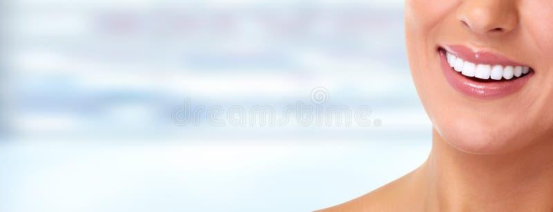 piękne czynnych fitness dziewczyny osoby fizycznej dziewczyn ładny uśmiech nastolatków kobiety nastoletnich uśmiechniętych młodyc obrazy royalty free