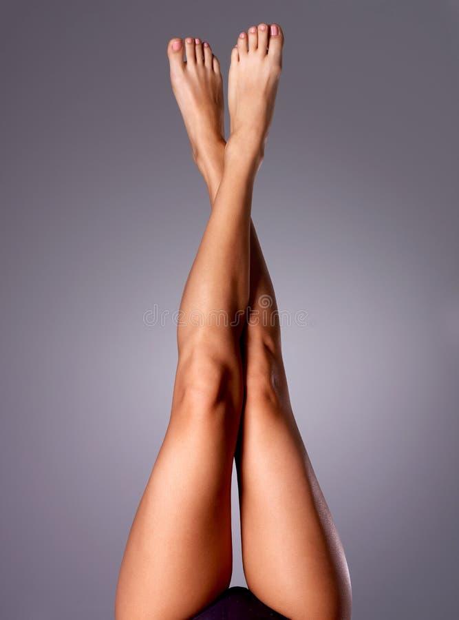 Piękne długie nikłe kobiet nogi po depilaci zdjęcia stock