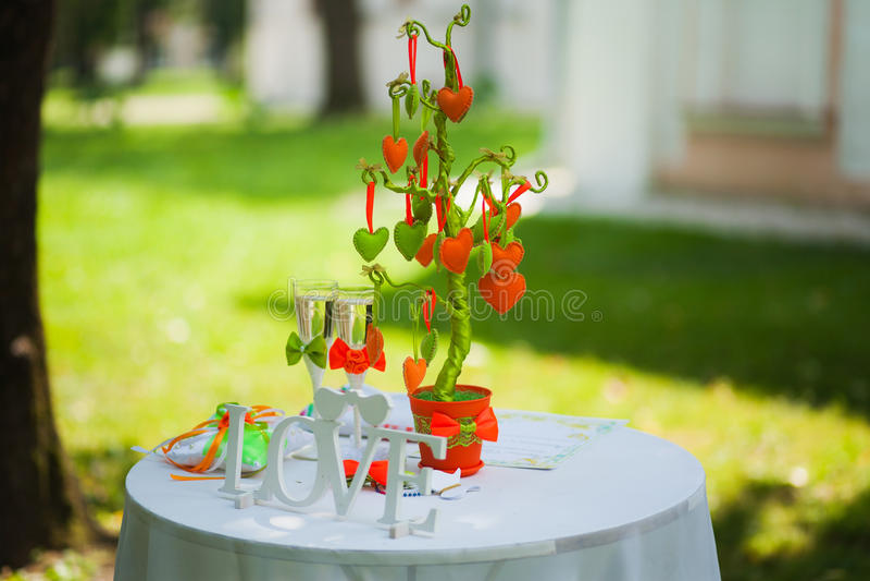 Piękne dekoracje stoły dla wesela Zielony park Żadny ludzie drzewo serca - wystrój dla przyjęcia drewniana słowo miłość obrazy royalty free