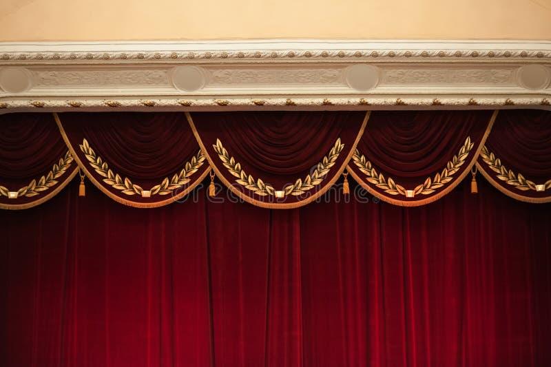 Piękne dekorować czerwone zasłony w teatr odgórnej części zdjęcie stock