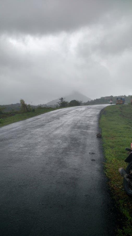Piękne drogi z dżdżystą pogodą obraz royalty free