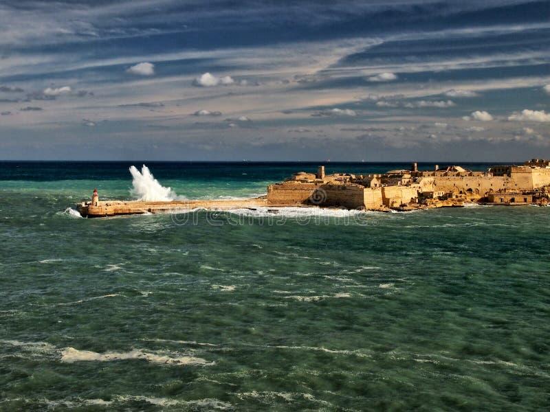 Piękne duże fala na linii brzegowej malta valetta zdjęcia stock