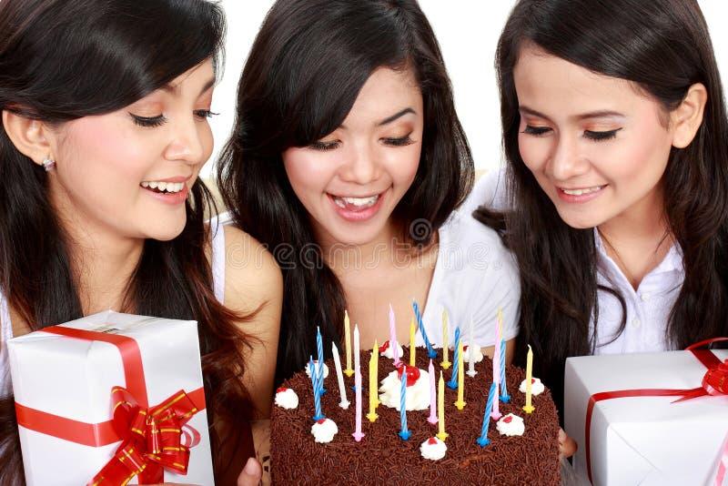 Piękne dziewczyny świętują urodziny zdjęcie stock