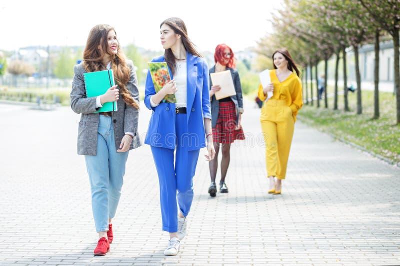 Piękne dziewczyny iść i komunikują z each inny Poj?cie styl ?ycia, przyja??, ucznie fotografia royalty free