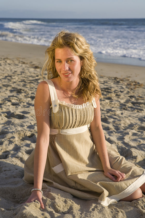 piękne dziewczyny na plaży posiedzenia fotografia stock