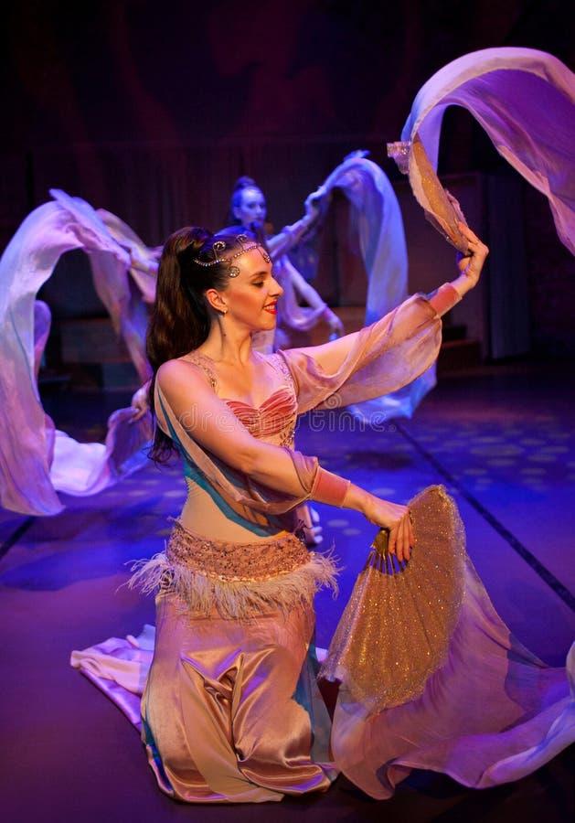 Piękne dziewczyny tanczy orientalnego tana zdjęcie royalty free