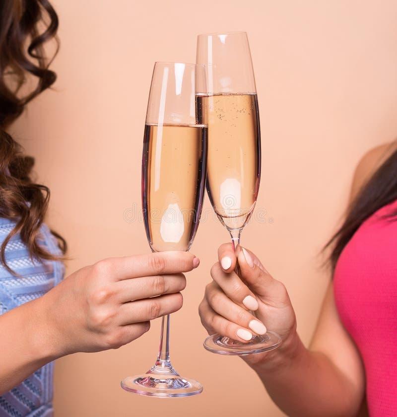 Piękne dziewczyny w modzie ubierają z szampańskimi fletami zdjęcie royalty free