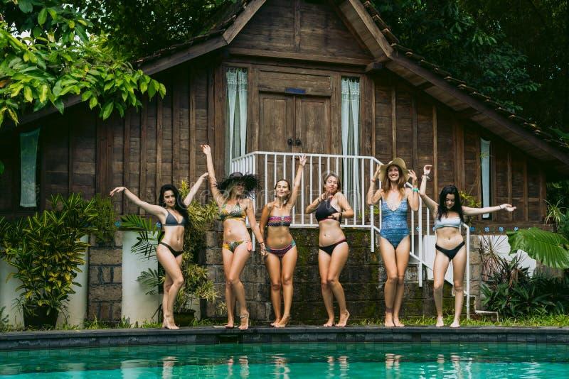 piękne dziewczyny w swimwear pozować obrazy royalty free