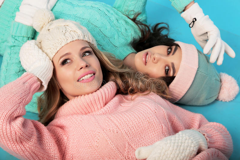 Piękne dziewczyny z kędzierzawym włosy w ciepłej wygodnej zimie odziewają fotografia stock